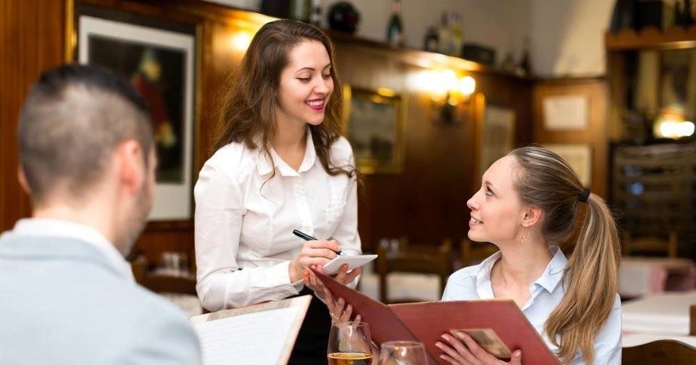 Nhân viên phục vụ chuyên nghiệp khéo léo sẽ đem lại doanh thu cho nhà hàng